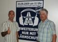 Martin Müller (links) und Reinhold Noz mit Plakat zum Demonstrationsaufruf