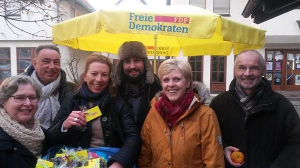 Stefanie am Infostand der FDP Remseck in Hochdorf