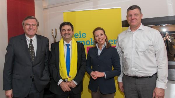 v.l.n.r.: Dr. Wolfgang Gerhardt mit den FDP-Landtagskandidaten Dr. Dieter Baumgärtner (Wahlkreis 14 Bietigheim-Bissingen), Stefanie Knecht (Wahlkreis 12 Ludwigsburg) und Roland Zitzmann (Wahlkreis 13 Vaihingen an der Enz)
