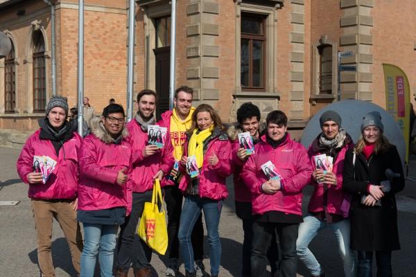 Stefanie Knecht (Mitte) mit den JuLis on Tour in Ludwigsburg