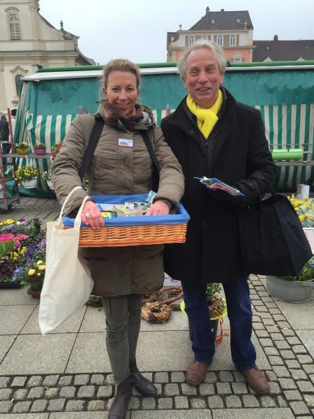 Ein gutes liberales Duo wirbt für die FDP auf dem Ludwigsburger Marktplatz: Stefanie Knecht und Johann Heer