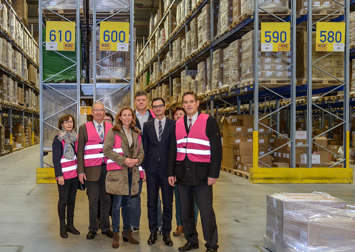 Zu Besuch im Logistikzentrum der Firma Dachser vorne v.l.n.r.: Dagmar Holzberg, Friedrich Wahl, Stefanie Knecht, Roland Zitzmann, Matthias Kohlhammer (Fa. Dachser), Prof. Dr. Erik Schweickert MdL