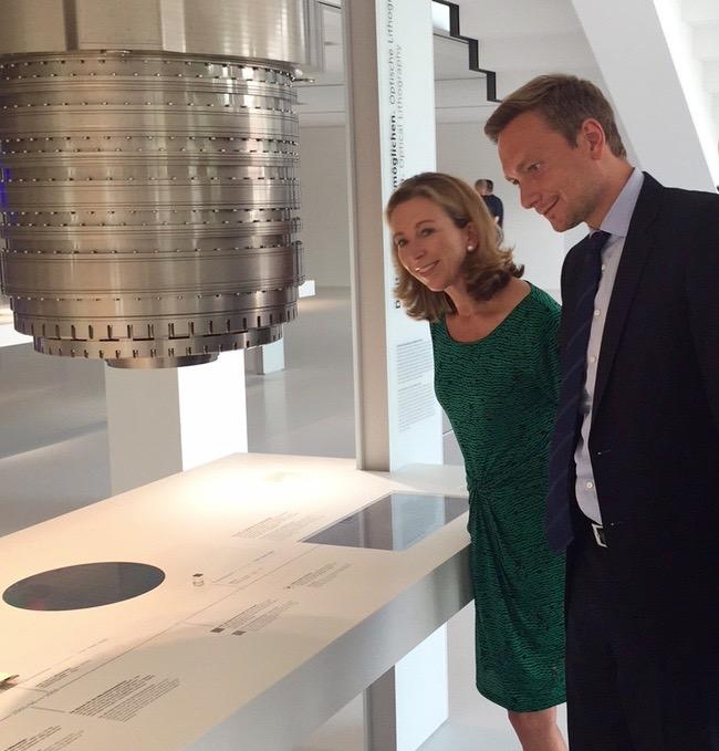 Stefanie Knecht und Christian Lindner bei einem gemeinsamen Firmenbesuch