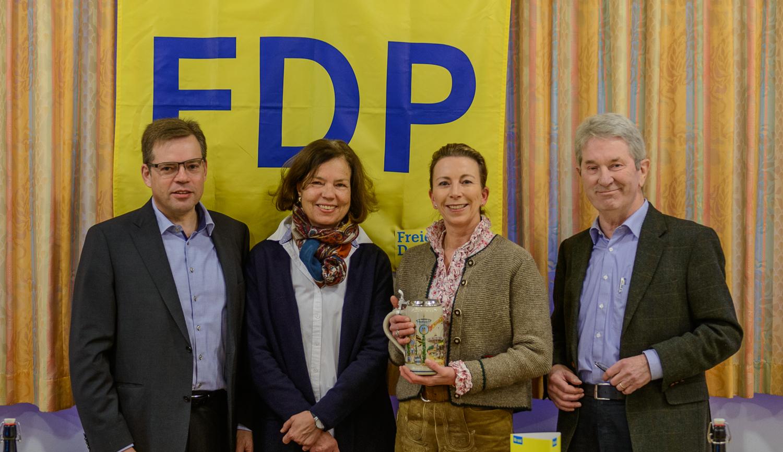 Stefanie Knecht beim Heringsessen der FDP Hemmingen: (v.l.) Dr. Henning Wagner, Barbara von Rotberg, Stefanie Knecht, Bernhard von Rotberg
