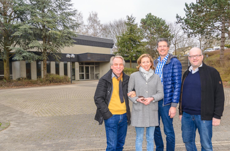 Beim gemeinsamen Ortstermin an der Mehrzweckhalle Oßweil (v.l.): Johann Heer, Stefanie Knecht, Jochen Eisele, Sebastian Haag