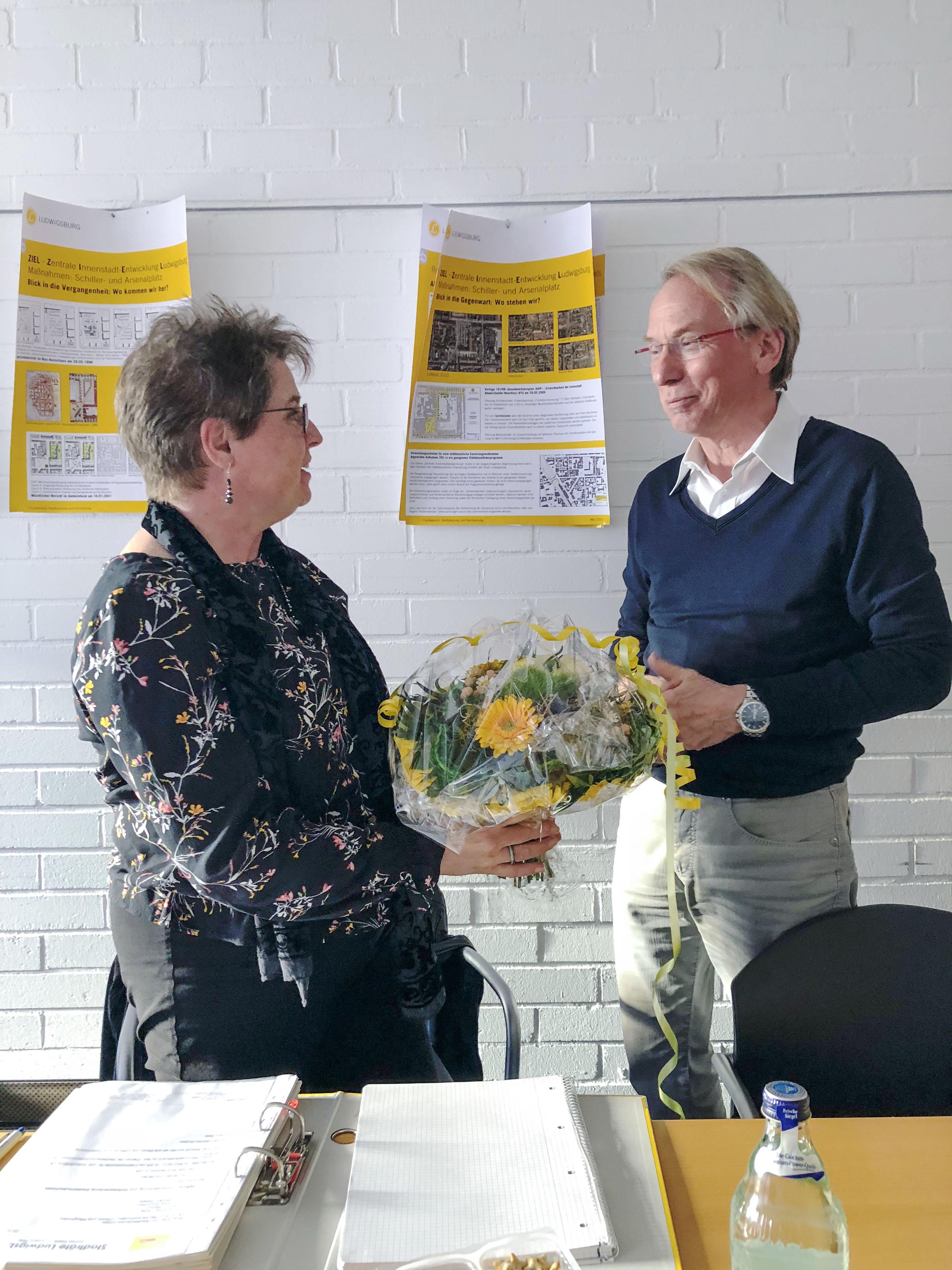 Einen Blumenstrauß überreicht Johann Heer im Namen des Stadtratskollegen Jochen Eisele und des gesamten FDP Vorstandes der neuen Vertreterin der FDP im Stadtteilausschuss, Frau Martini