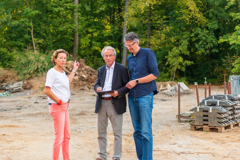 FDP-Stadträte Johann Heer (Mitte) und Jochen Eisele gemeinsam mit der FDP-Kreisvorsitzenden Stefanie Knecht besichtigen die gerodete Fläche