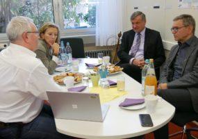 Stefanie Knecht mit Dr. Hans-Ulrich Rülke MdL und Rudi Fischer MdL beim Otto-Hahn-Gymnasium Ludwigsburg